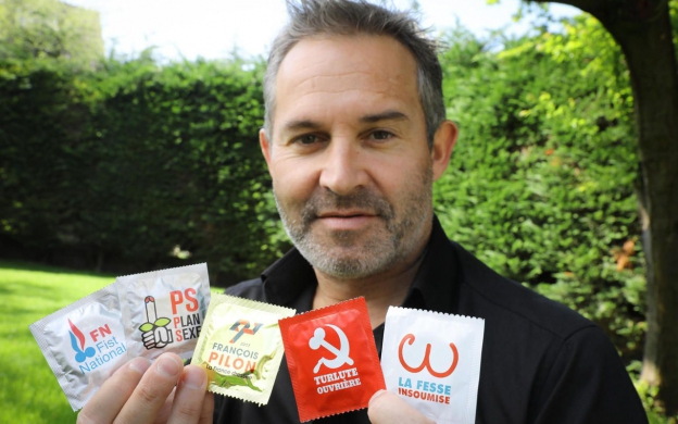 Stéphane Calleja y sus condones electorales. (Cortesía Le Parisien)