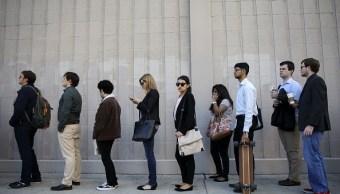 Personas que buscan subsidio por desempleo. (Getty Images)