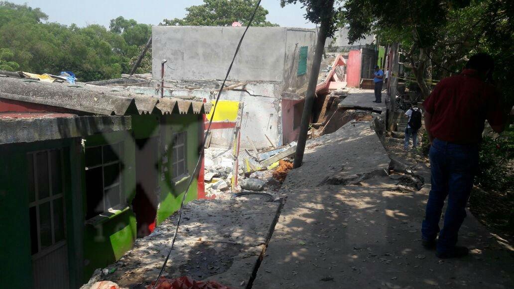Hundimiento de tierra afecta 70 viviendas en Tabasco