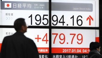 Tablero electrónico de la Bolsa de Tokio. (Getty Images)