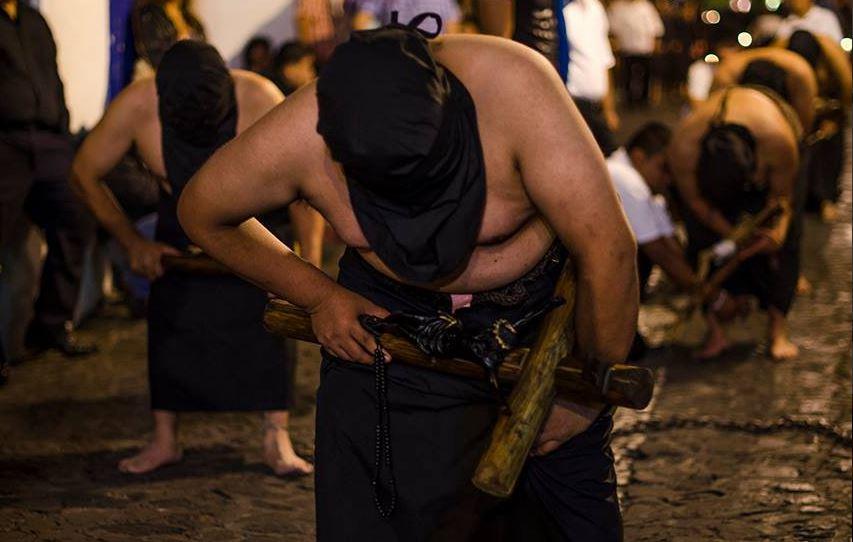 Encorvados, personajes de la procesión de la Santísima Trinidad, en Taxco, Guerrero. (Twitter@VisitTaxco)