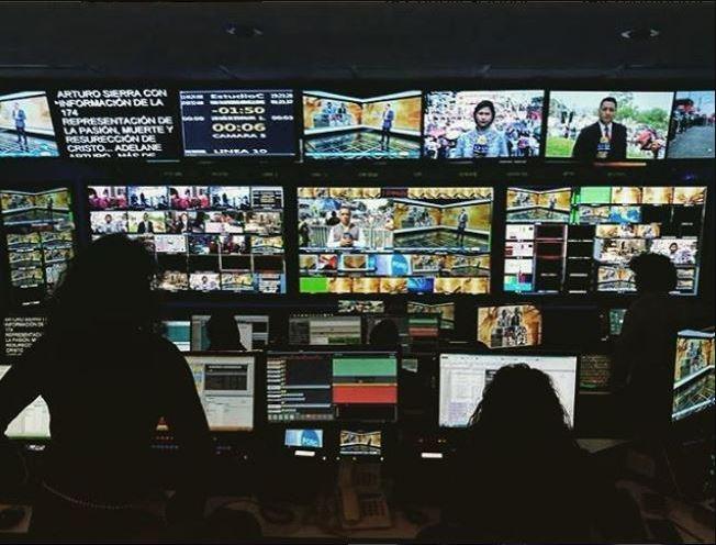 Desde hace 15 años, Noticieros Televisa despliega a decenas de operadores, iluminadores, ingenieros, reporteros, camarógrafos y asistentes para cubrir la representación de la Pasión de Cristo en Iztapalapa y llevarla a los televidentes. (Instagram: @mon_nada_)