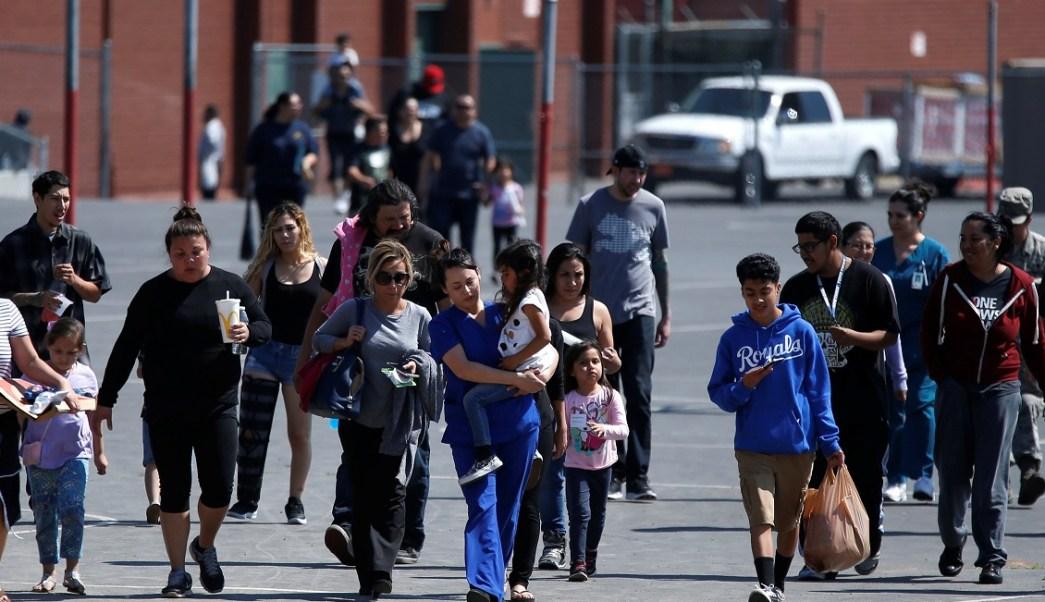 Los estudiantes que fueron evacuados después de un tiroteo en la escuela primaria North Park en San Bernardino, California (Reuters)