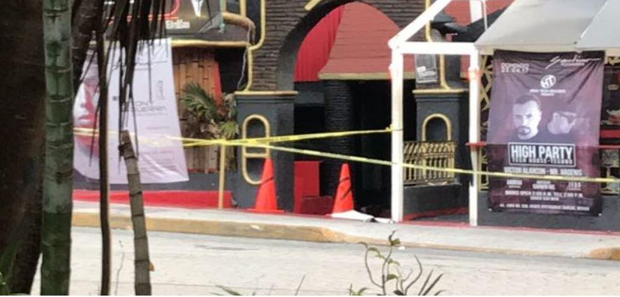 Un ataque a disparos en un bar de Cancún deja tres personas muertas y dos heridas; en el bar las autoridades encontraron una manta presuntamente firmada por el CJNG. (Twitter@Noticaribe)