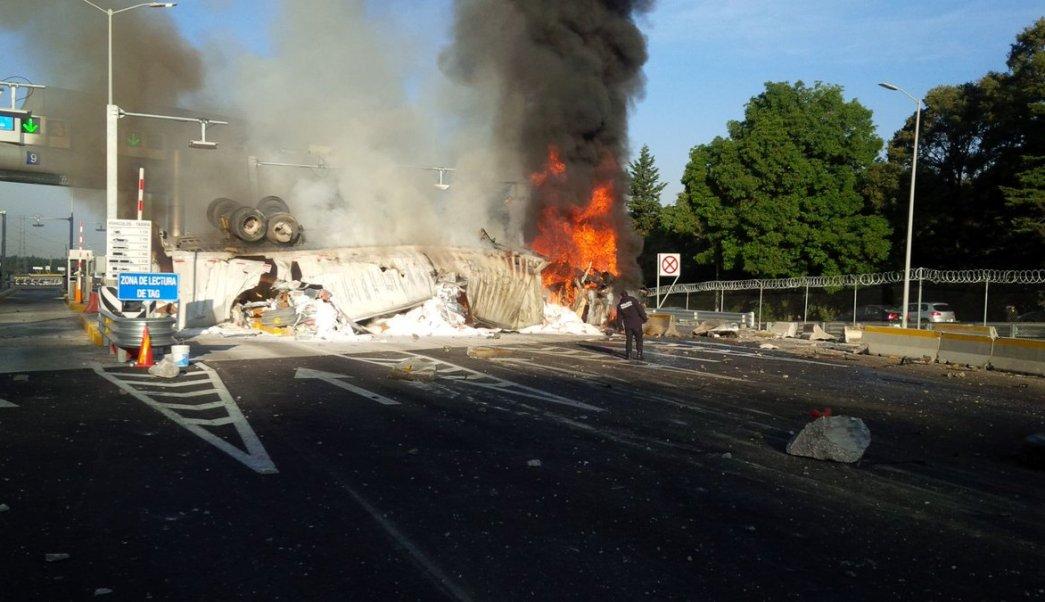 Tráiler vuelca y se incendia en nuevo tramo de la México-Toluca. (Twitter/@PoliciaFedMx)