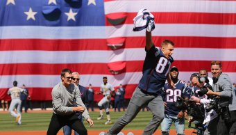 Tom Brady estaba mostrando su jersey, cuando su compañero Ron Gronkowski se la arrebató y salió corriendo.