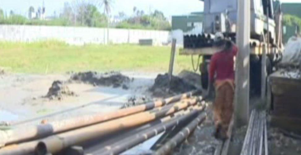 Trabajador carga un tubo en obras de agua potable en Coatzacoalcos (Noticieros Televisa)