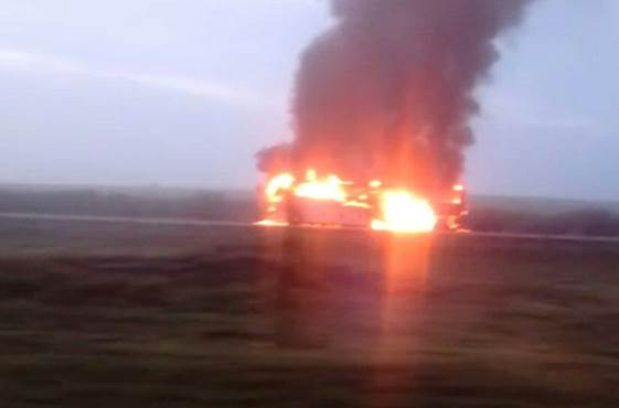 Fuego consume tráiler sobre la carretera Monterrey-Nuevo Laredo (Noticieros Televisa)