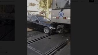 Tren Ligero embiste auto en la CDMX (FOROtv)