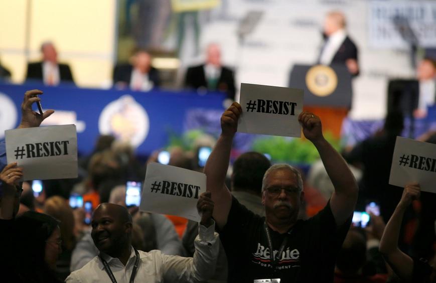 Los inconformes mostraron pancartas con el lema #Resist en rechazo al presidente Donald Trump (Reuters)