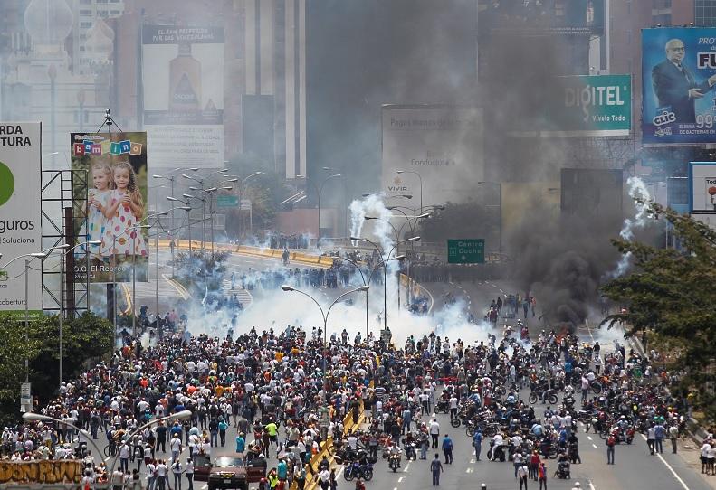 La policía antidisturbios y los manifestantes chocan durante una manifestación contra el gobierno del presidente de Venezuela, Nicolás Maduro, en Caracas, Venezuela (Reuters)