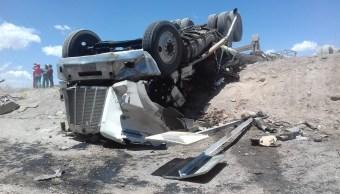 4 lesionados y una persona fallecida resultado de volcadura de un tráiler con cemento en la carretera estatal Juventino Rosas - Guanajuato. (Twitter @suegemergencias)