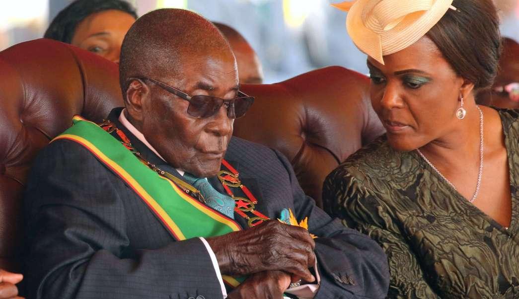 El nonagenario presidente de Zimbabue no se duerme en las reuniones, solo protege sus ojos, asegura su vocero . (AP)