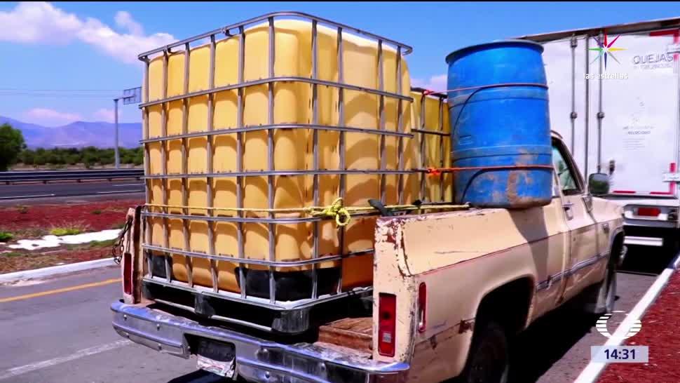 Camión con tambos de combustible presuntamente robado