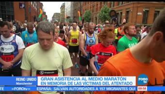 Miles de personas guardan un minuto de silencio durante su participaron en el medio maratón en Manchester, medio maratón, Manchester, maratón en Manchester