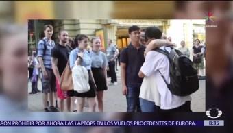 atentado en Manchester, joven musulmán, calle, ofrece abrazos