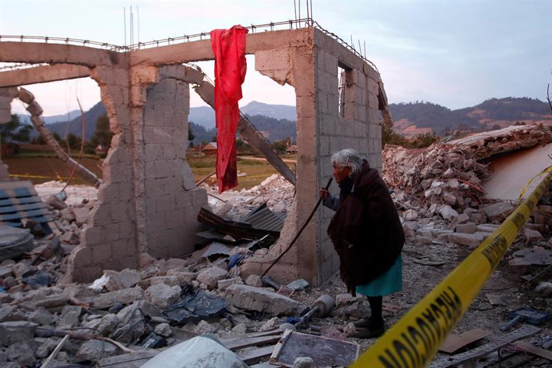 Habitantes acuden al lugar de la explosión de un almacén de pirotecnia en Puebla (EFE)