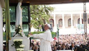 El papa Francisco ofrece la tercera Rosa de Oro en el Santuario de Fátima. (EFE)