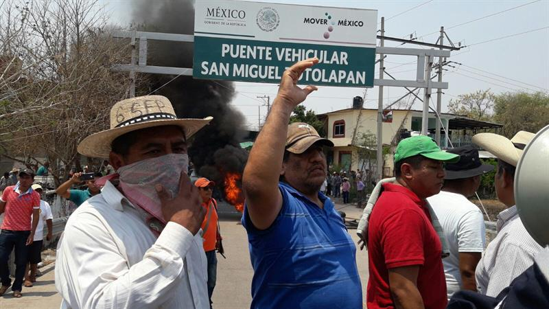 Pobladores del municipio de San Miguel Tololapan intentan obstaculizar la entrada de las fuerzas de seguridad el viernes (EFE/Archivo)