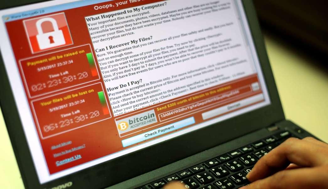 Un programador muestra un ciberataque en una computadora portátil. (EFE)