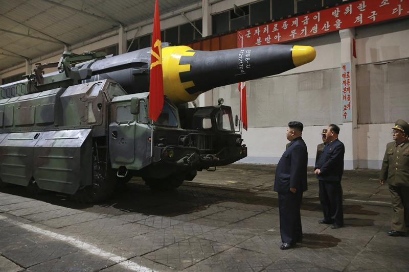 Fotografía de fecha desconocida que muestra al líder norcoreano Kim Jong Un (c) que observa un misil en Corea del Norte (EFE)