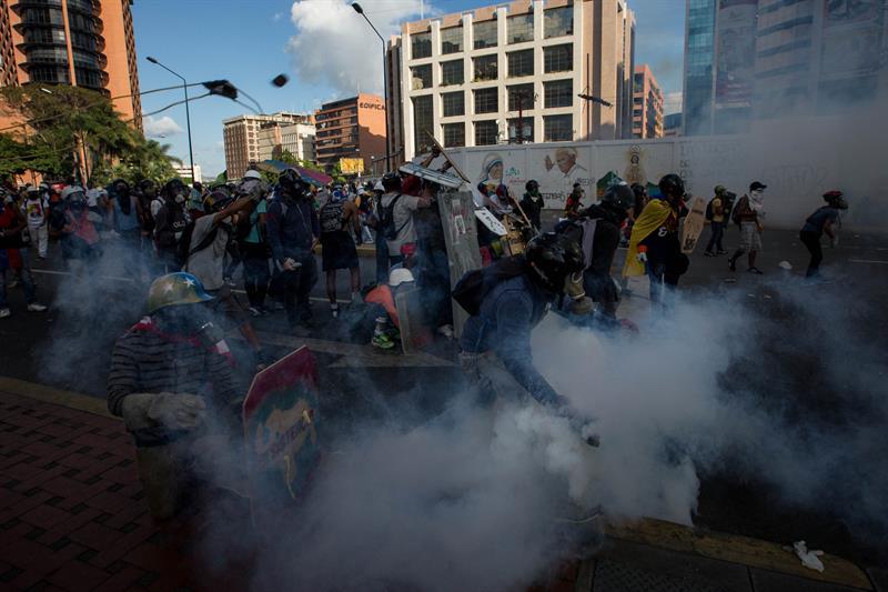 Manifestantes opositores se enfrentan a la Policía Nacional Bolivariana en Caracas, Venezuela (EFE)