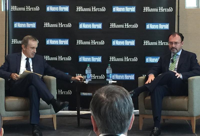 El periodista Andrés Oppenheimer y el secretario de Relaciones Exteriores, Luis Videgaray, Oppenheimer, Secretaria relaciones exteriores