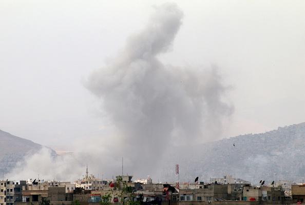 Una columna de humo se levanta después de un ataque en el distrito de Qaboun, Siria. (Getty Images/archivo)