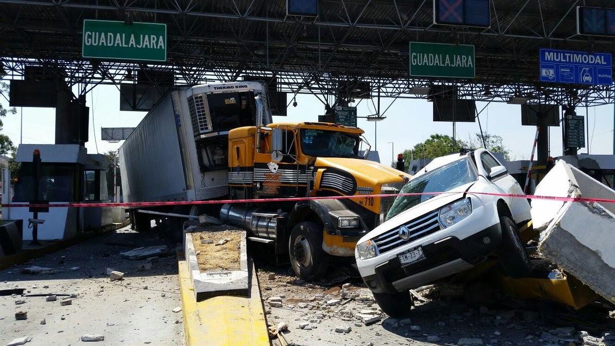 Tráiler choca en una caseta en la Guadalajara-Tepic; hay tres heridos