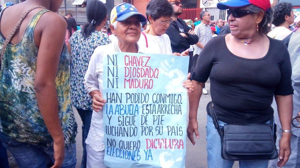 Adultos mayores opositores marchan en Venezuela