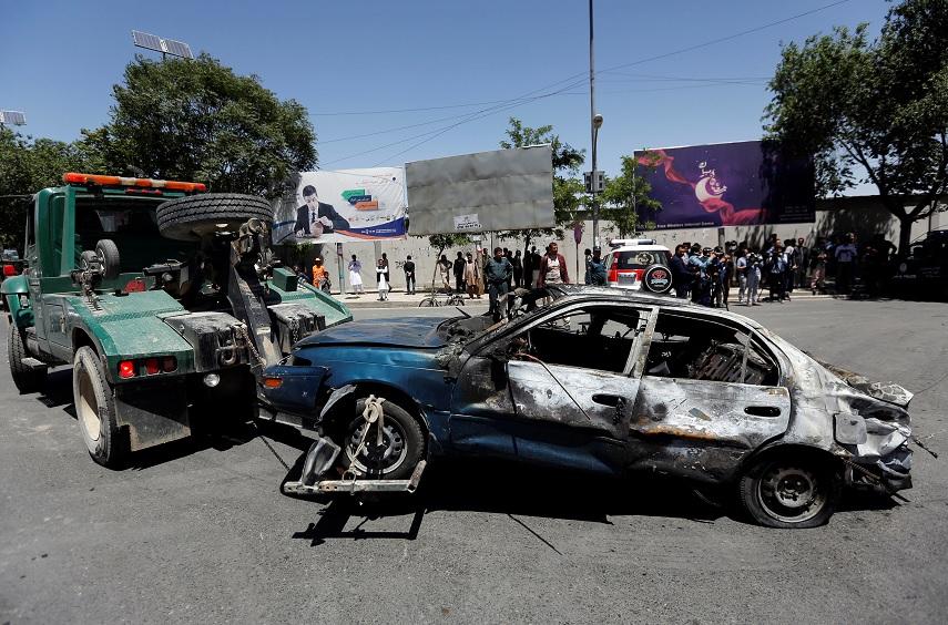 Un coche dañado es trasladado después de una explosión en Kabul, Afganistán (Reuters)