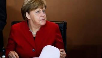 La canciller Angela Merkel asiste a la reunión del gabinete alemán en Berlín. (AP)
