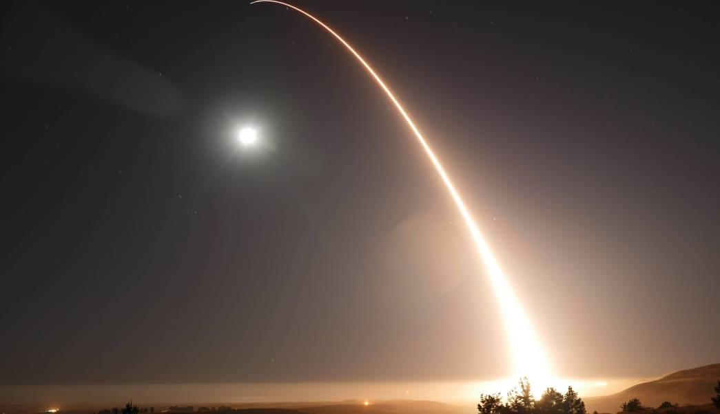 Un misil balístico intercontinental Minuteman III es lanzado en California. (AP)