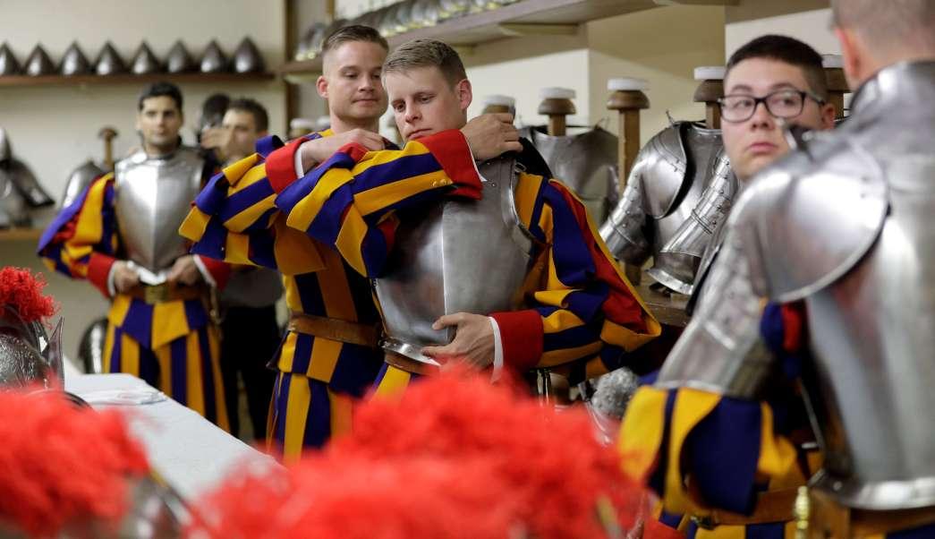 Guardias suizos se ponen sus armaduras antes de una ceremonia de juramento en el Vaticano. (AP)