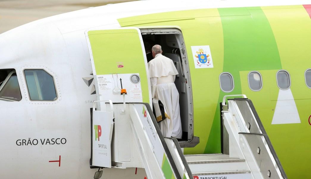 El papa Francisco viaja de regreso a Roma al salir de la base aérea de Monte Real, en Portugal. (AP)