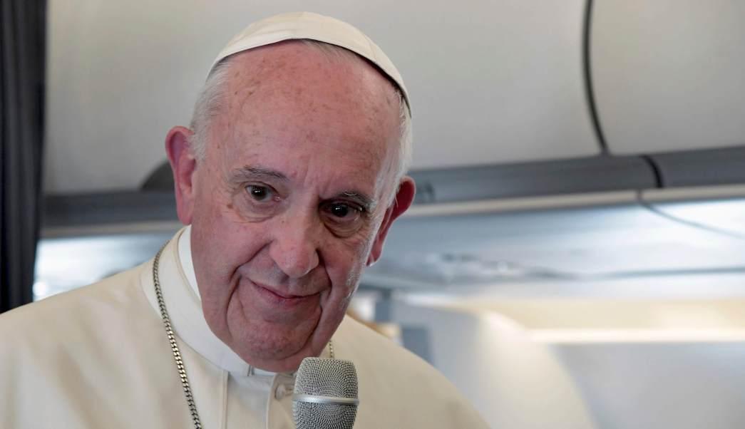 El papa Francisco da una conferencia en su vuelo de regreso a Roma, tras visita a Portugal. (AP)