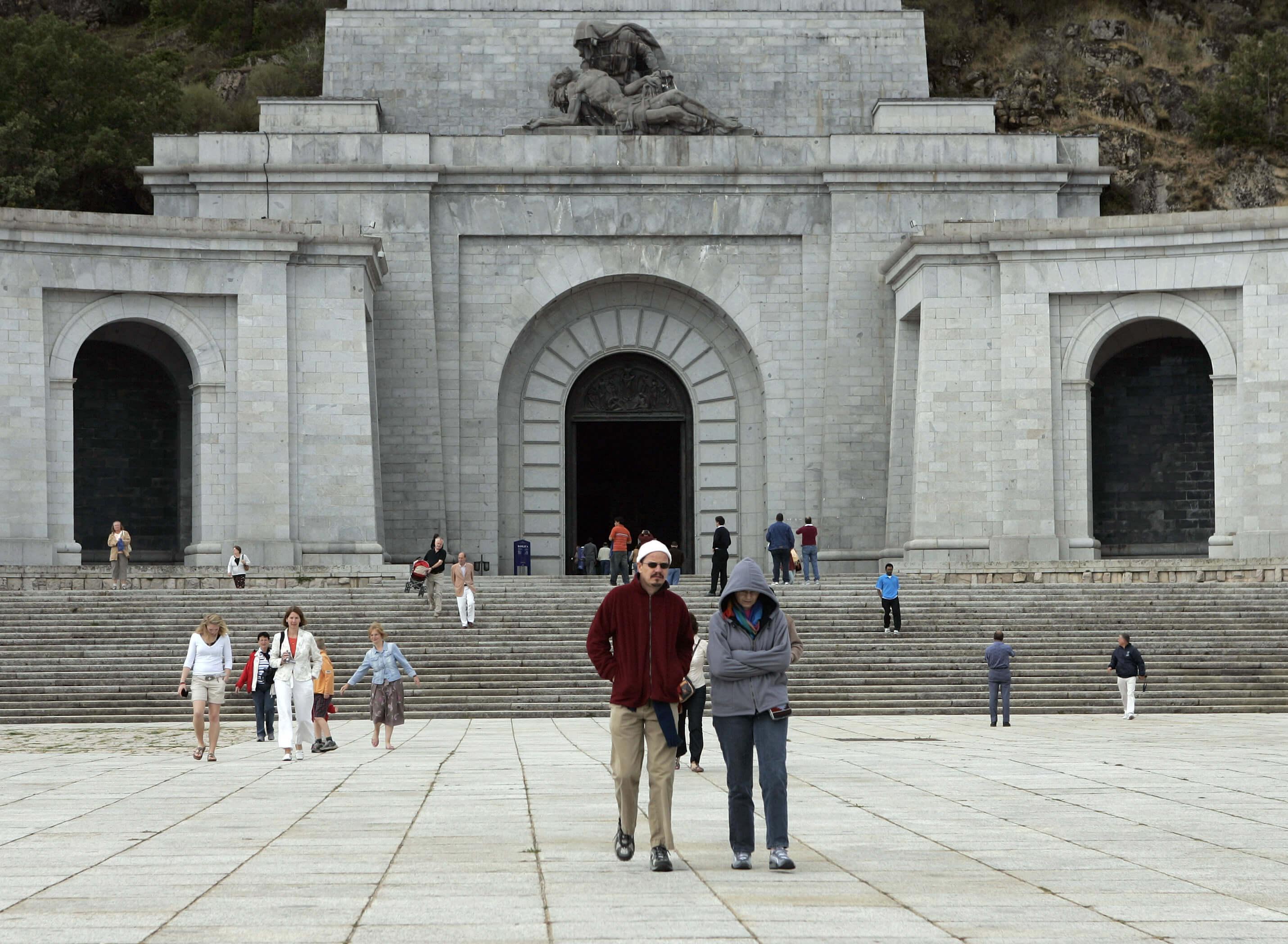 El Congreso pide sacar a Franco del Valle de los Caídos — España