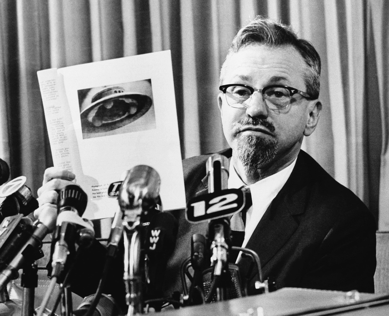 Edward J. Ruppelt en los años sesenta mostrando la imagen de un OVNI