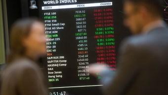 Tablero en la Bolsa de Londres muestra el comportamiento de las acciones