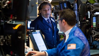 Operadores en el piso de la Bolsa de Nueva York