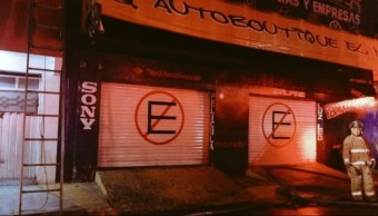 Local de autopartes es consumido por un incendio