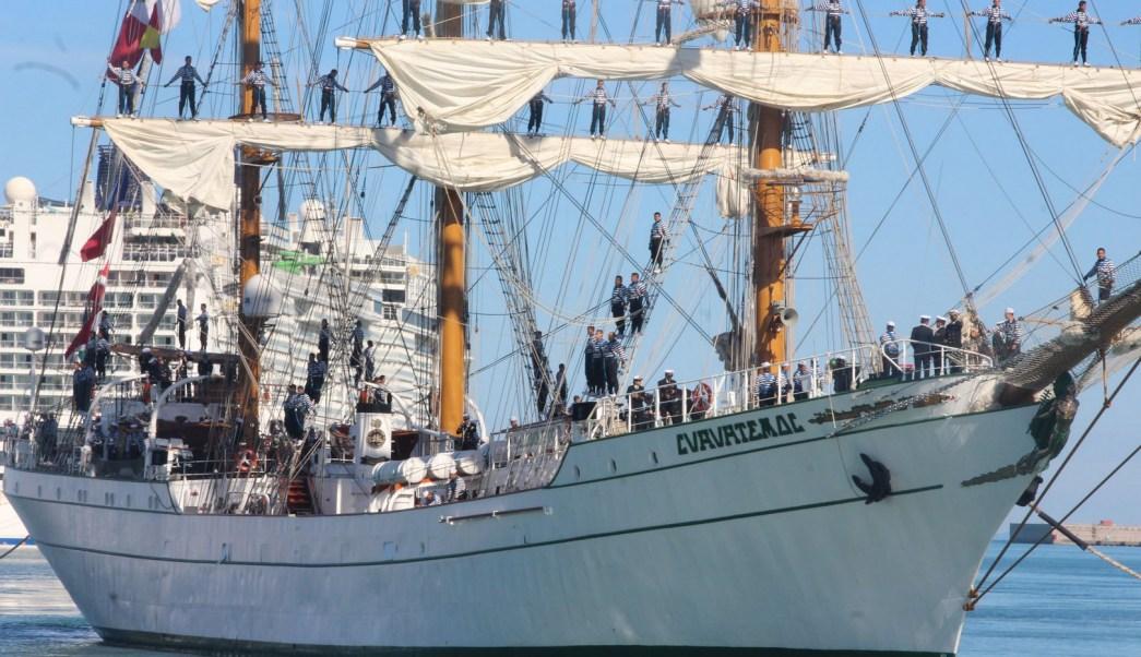 Buque escuela Cuauhtémoc llega al puerto de Civitavecchia, en Italia.
