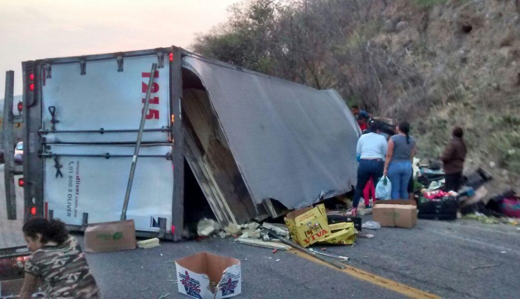 Camión volcado sobre carretera en Jalapa del Marqués