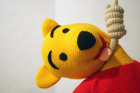 representacion de un suicidio con un muñeco