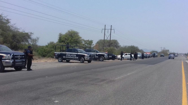 Bloqueos y quema de vehículos por segundo día en Michoacán