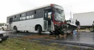 Autobus impacta a camioneta y provoca un muerto