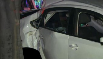 Automovil queda sobre banque de de Miguel A. Quevedo