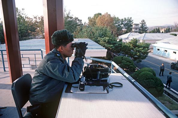 Ejércitos surcoreanos observan a norcoreanos en zona desmilitarizada coreana (Getty Images/Archivo)