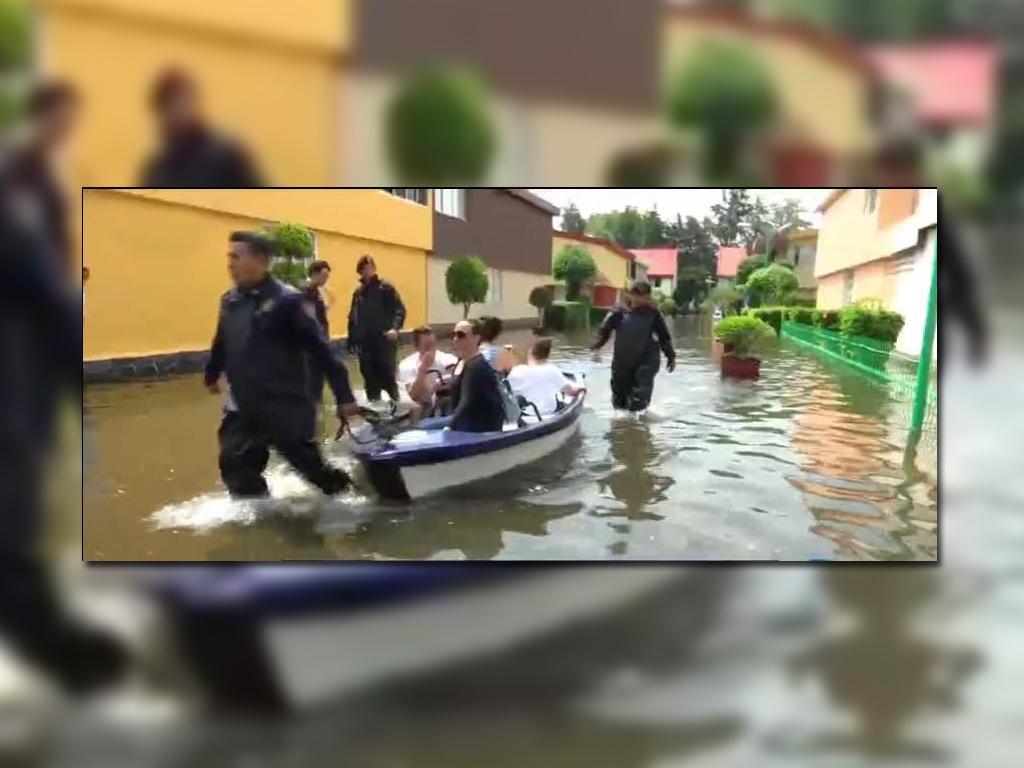 #Video Policías trasladan a vecinos de Villa Prado Coapa en balsas