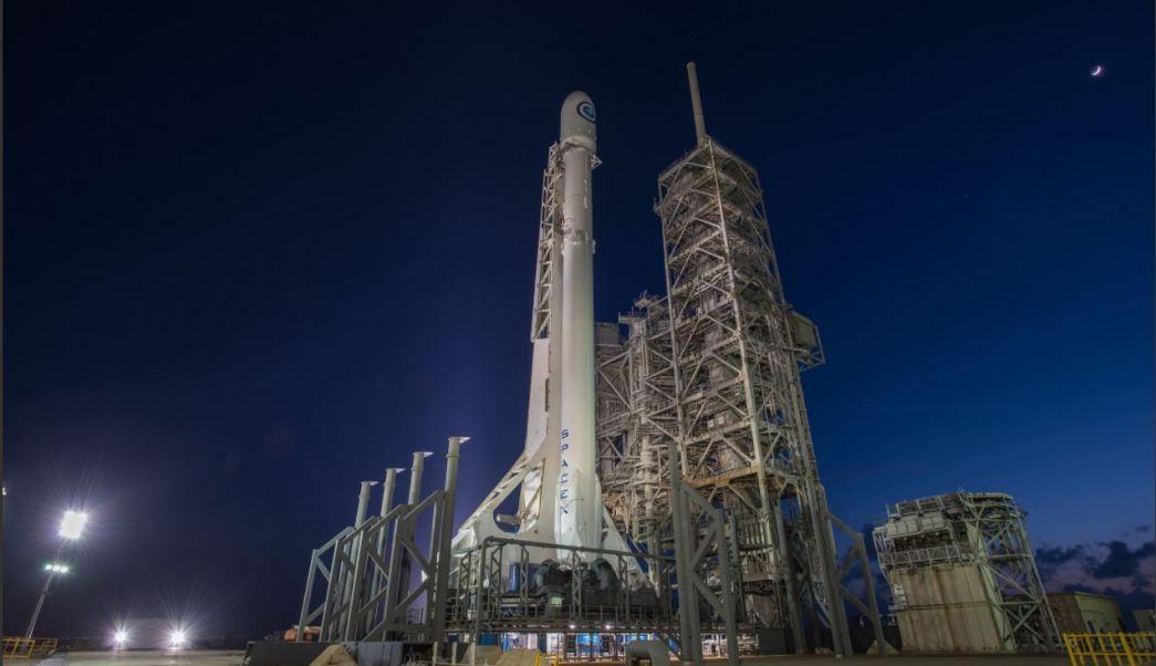 El cohete falcon 9 se prepara para ser lanzado